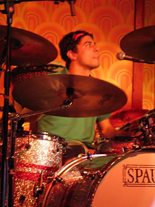 Der Drummer der Band Langton im Hamburger Hörsaal