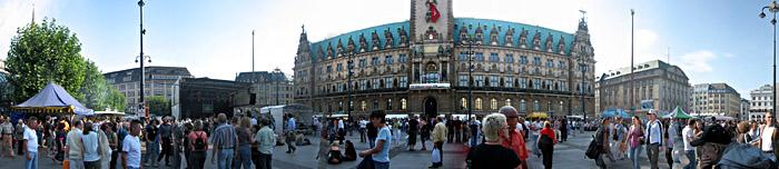 Der Hamburger Rathausmarkt zwischen zwei Konzerten