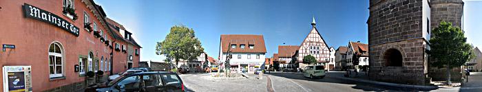 Der Marktplatz in Waldenburg mit dem Hotel Mainzer Tor