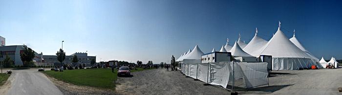 Die Jour Fixe - Teilnehmer nach dem Mittagessen vor dem Zelt