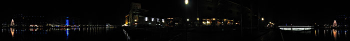 Der Duisburger Innenhafen bei Nacht