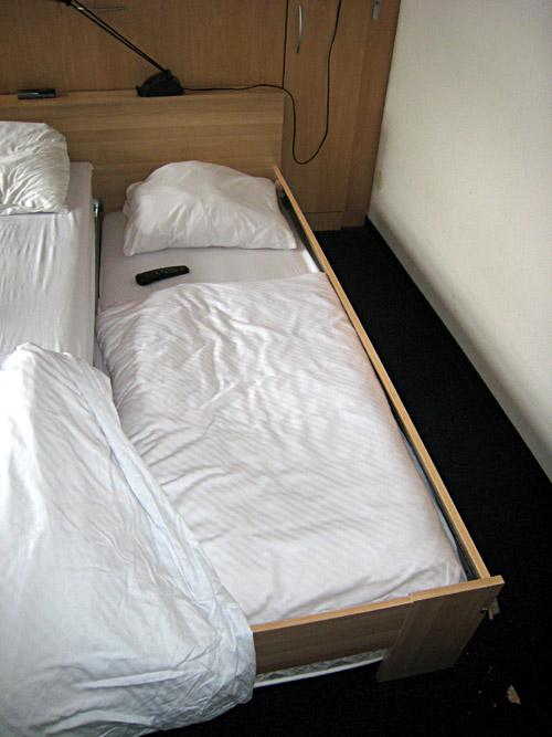 Das zusammengebrochene Bett im Hotel Residenz 2000 in Berlin