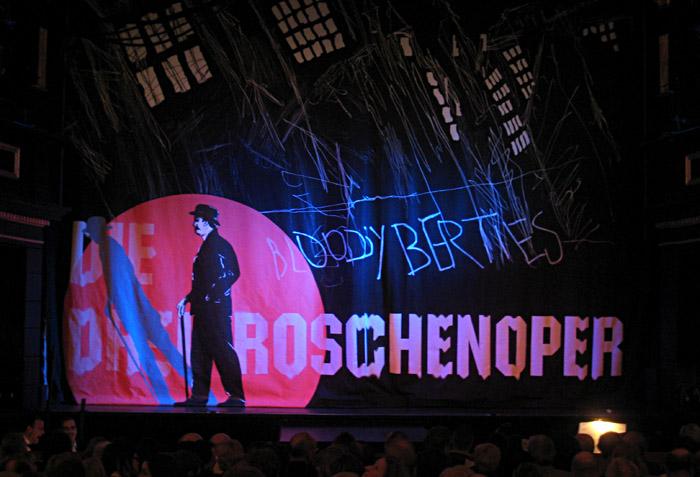 Vorhang der Dreigroschenoper im St. Pauli Theater Hamburg