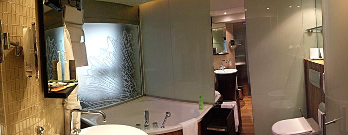 Das Badezimmer meines Hotelzimmers im Le Méridien in Monte Carlo