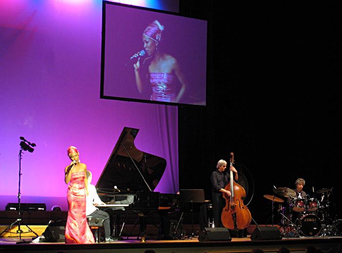 Maud Rakotondravohitra beim Konzert von Joja Wendt in der Musikhalle/Laeiszhalle Hamburg