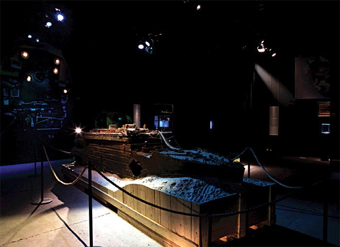 Modell der auf dem Grund liegenden Titanic in der Hamburger Ausstellung; Copyright: VTE GmbH