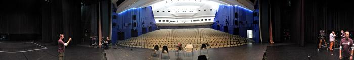 Blick von der Bühne ins Publikum im Forum Leverkusen; Bild größerklickbar