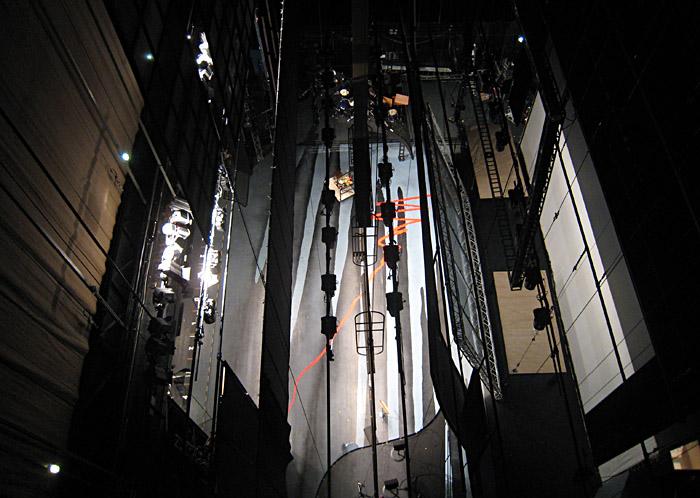 Blick vom Rollenboden des Forums in Leverkusen auf die Bühne beim Aufbau von marylin - das Musical; Bild größerklickbar