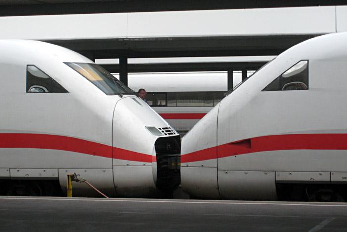 zwei ICE - Züge küssen sich