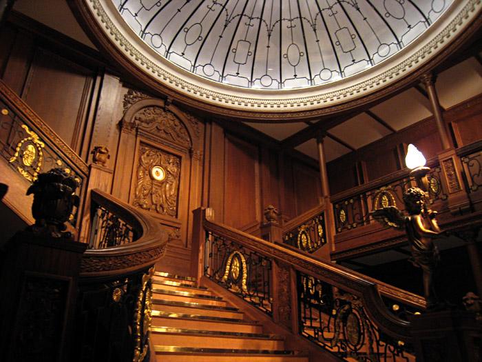 Nachbau der Freitreppe in der Titanic - Ausstellung in Kiel