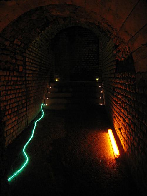 beleuchteter Durchgang im Amphitheater Trier
