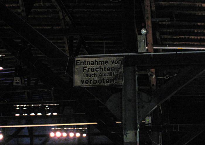 Schild aus alten Tagen im Schuppen 52