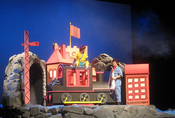 Szenenbild aus Jim Knopf und Lukas der Lokomotivführer im Staatstheater Mainz