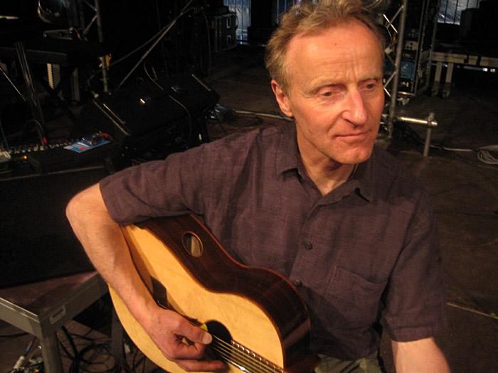 Jürgen Kumlehn mit seiner neuen Martin - Gitarre