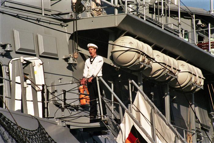 Gangwaywache der Emden beim Hamburger Hafengeburtstag