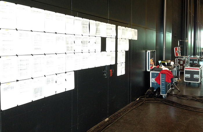 Materiallisten neben dem Produktionsbüro