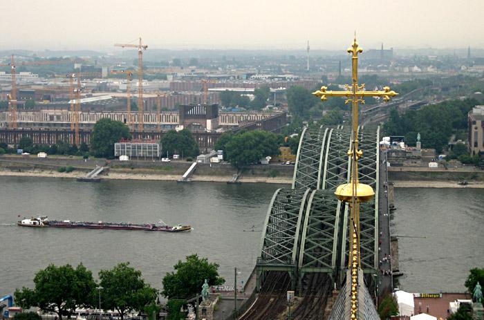 Blick vom Dom auf die Eisenbahnbrücke, die Messe und den Rhein